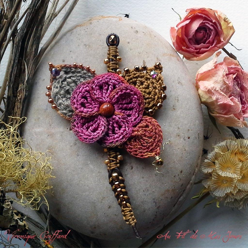 Branche fleurie. Fils de nylon, fil de coton nuancé, cordon de cuir - rocailles japonaises, perle de verre